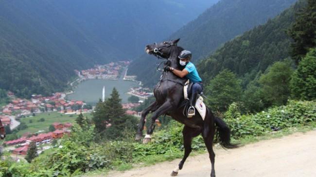Uzungöl'de atlı jandarma timi göreve başladı