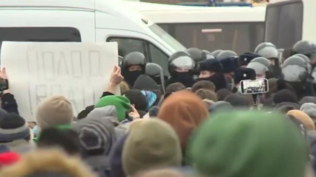 Navalnıy'nin Çağrısıyla Meydanlara Çıkan Eylemcilere Polis Müdahale Ediyor